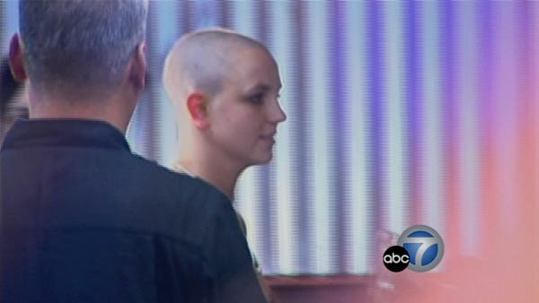 Britney Spears shaves head (Feb. 2007)