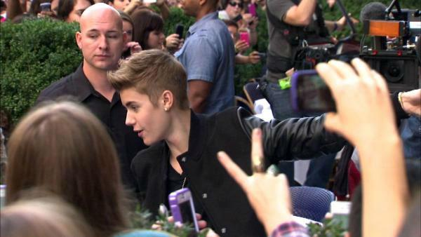 Justin Bieber poses with fans following a sidewalk performance for 'Oprah's Next Chapter' outside RL Restaurant in Chicago, Illinois on Wednesday, Oct. 24, 2012.