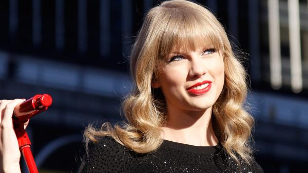 Taylor Swift performs in Times Square in New York City for ABC's 'Good Mornin