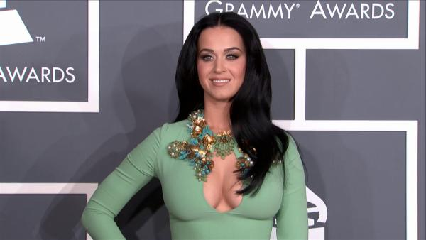 Katy Perry shows cleavage in mint gown at 2013 Grammys