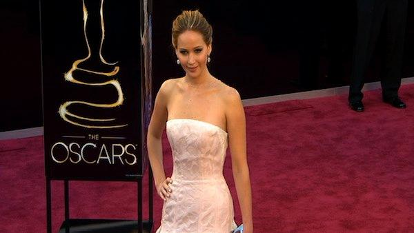 Jennifer Lawrence poses on Oscars red carpet (Fashion cam)