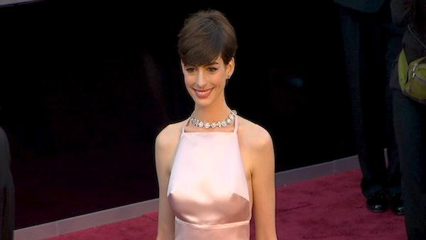 Anne Hathaway poses on Oscars red carpet (Fashion cam)