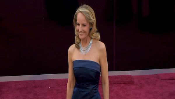 Helen Hunt poses on Oscars red carpet (Fashion cam)