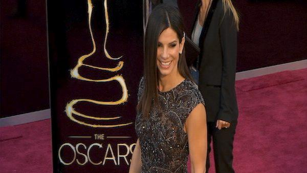 Sandra Bullock poses on Oscars red carpet (Fashion cam)