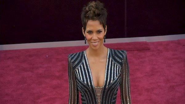 Halle Berry poses on Oscars red carpet (Fashion cam)