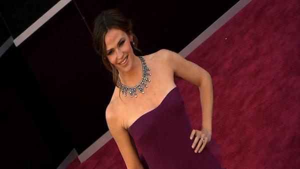 Jennifer Garner poses on Oscars red carpet (Fashion cam)