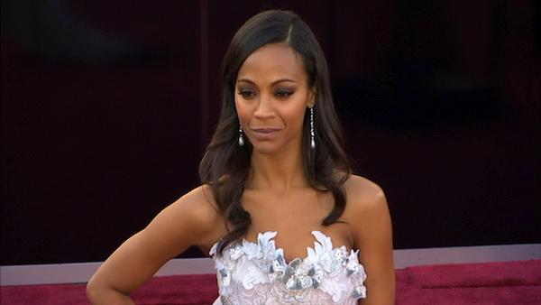 Zoe Saldana poses on Oscars red carpet (Fashion cam)