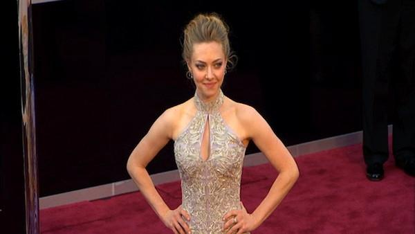 Amanda Seyfried poses on Oscars red carpet (Fashion cam)