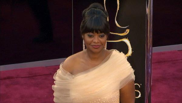 Octavia Spencer poses on Oscars red carpet (Fashion cam)