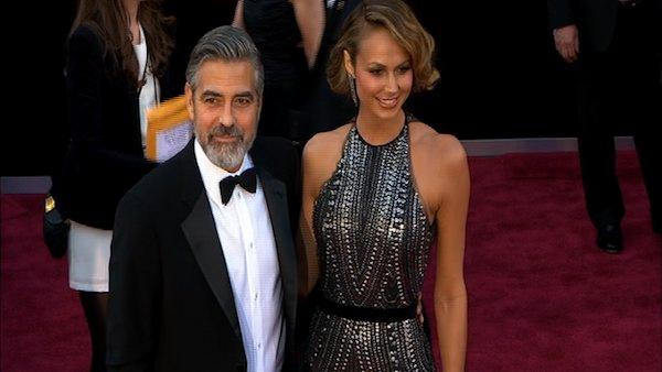 George Clooney and Stacy Keibler pose on Oscars red carpet (Fashion cam)
