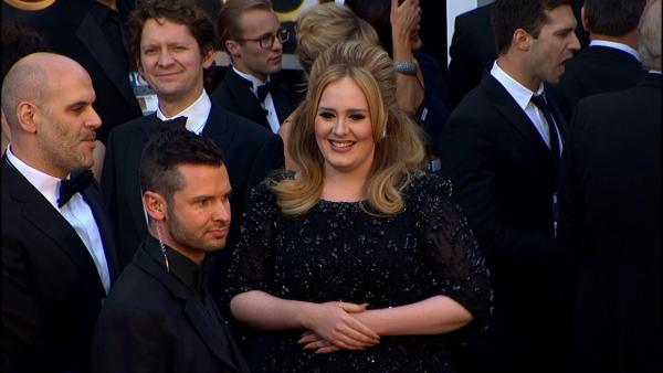 Adele poses on Oscars red carpet (Fashion cam)