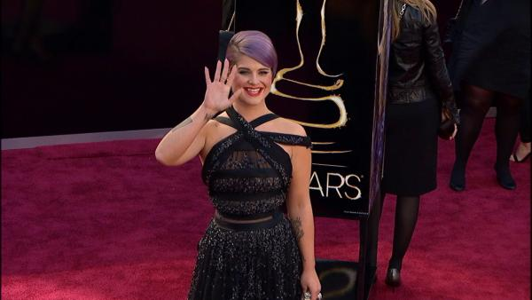 Kelly Osbourne poses on Oscars red carpet (Fashion cam)