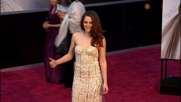 Kristen Stewart loses crutches, gives thumbs up at Oscars (Fashion cam)