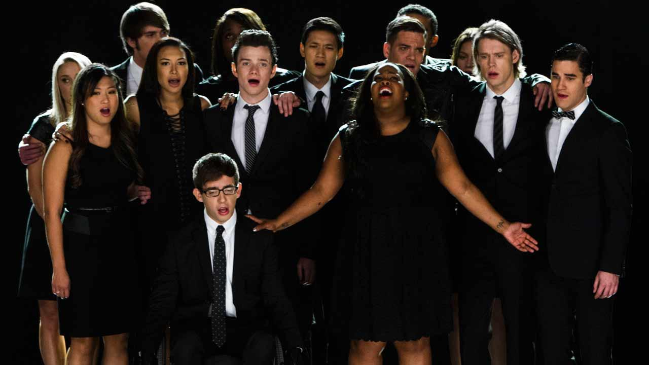 The cast of Glee appears in the episode The Quarterback, which aired Oct. 10, 2013.