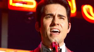 JOHN LLOYD YOUNG as Frankie Valli in a scene from the 2014 musical JERSEY BOYS. - Provided courtesy of Keith Bernstein / WARNER BROS. ENTERTAINMENT INC. AND RATPAC ENTERTAINMENT