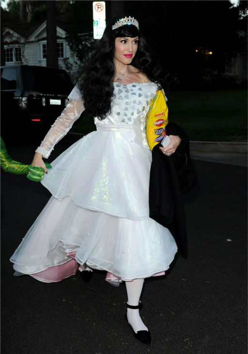 Gwen Stefani is seen Trick-Or-Treating in Los Angeles on Oct. 31, 2013.