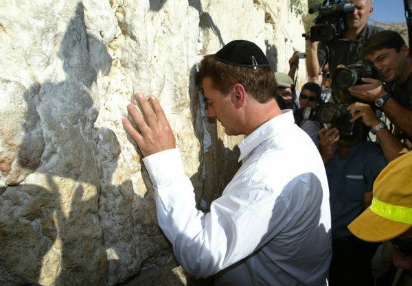 &#39;Sex and the City&#39; star Chris Noth, center, prays at the Western Wall in Jerusalem&#39;s Old City on July 20, 2004. <span class=meta>(AP Photo &#47; Lefteris Pitarakis)</span>