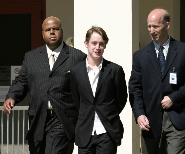 Macaulay Culkin leaves after testifying at Michael Jackson&#39;s child molestation trial at the Santa Barbara County Courthouse in Santa Maria, California on Wednesday, May 11, 2005.  <span class=meta>(AP Photo &#47; Eric Neitzel &#47; Wireimage, pool)</span>
