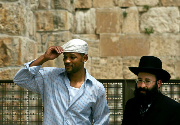 Will Smith poses with Rabbi Shmuel Rabinovitch next to the Western Wall in Jerusalem&#39;s Old City on April 20, 2006. <span class=meta>(AP Photo &#47; Emilio Morenatti)</span>