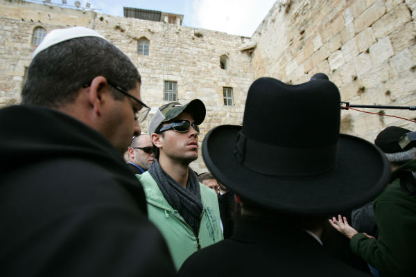 Enrique Iglesias visits the Western Wall during a visit to Jerusalem&#39;s Old City on Dec. 21, 2006. <span class=meta>(AP Photo &#47; Oded Bality)</span>