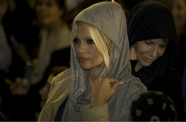 Pamela Anderson visits the Western Wall in Jerusalem&#39;s Old City on Nov. 7, 2010. <span class=meta>(AP Photo &#47; Sebastian Scheiner)</span>