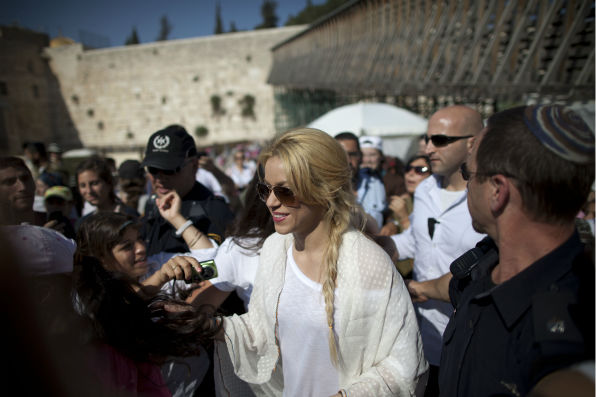 Shakira visits the the Western Wall in Jerusalem&#39;s Old City on June 20, 2011. <span class=meta>(AP Photo &#47; Oded Balilty)</span>
