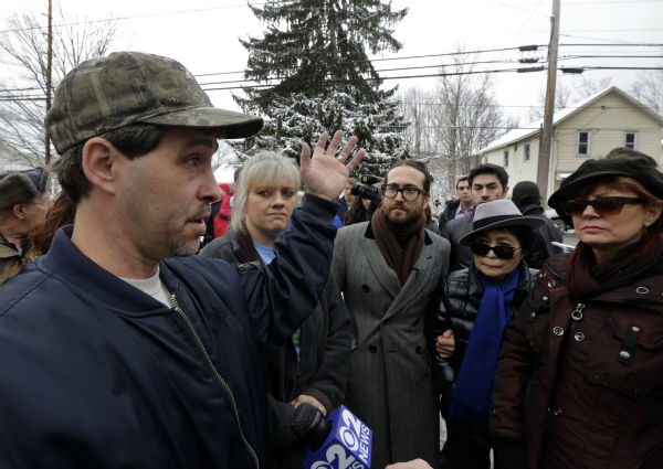 Sean Lennon, center, his mother Yoko Ono, second from right, and actress Susan Sarandon, right, visit with Matthew and Tammy Manning, in Franklin Forks, Pennsylvania during a tour of natural gas drilling sites on Jan. 17, 2013. <span class=meta>(AP Photo &#47; Richard Drew)</span>