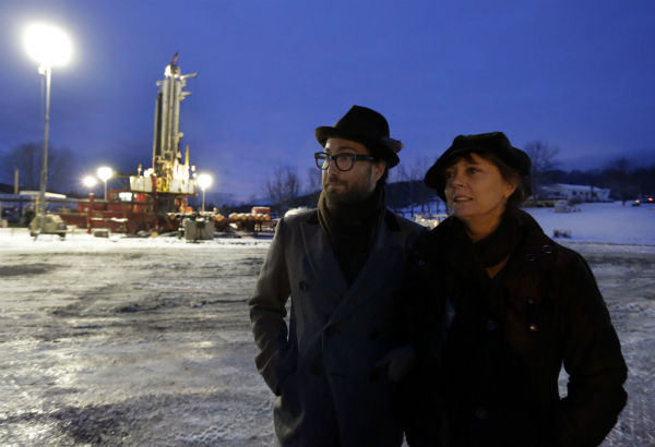 Sean Lennon and actress Susan Sarandon visit to a fracking site in New Milford, Pennsylvania on Jan. 17, 2013. <span class=meta>(AP Photo &#47; Richard Drew)</span>