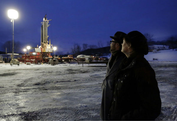 Sean Lennon and actress Susan Sarandon look at a drilling rig during a visit to a fracking site in New Milford, Pennsylvania on Jan. 17, 2013. <span class=meta>(AP Photo &#47; Richard Drew)</span>