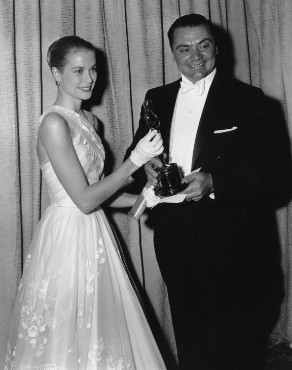 Award presenter Grace Kelly poses with Oscar winner Ernest Borgnine at the 28th Academy Awards in Hollywood, California on March 21, 1956. Borgnine won best actor for his role in &#39;Marty.&#39; <span class=meta>(AP Photo)</span>