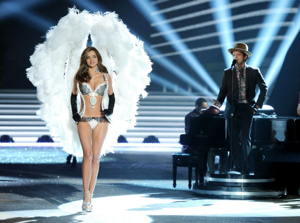 Model Miranda Kerr walks the runway while singer Bruno Mars performs during the 2012 Victoria&#39;s Secret Fashion Show on Wednesday, Nov. 7, 2012 in New York. <span class=meta>(AP Photo &#47; Invision &#47; Evan Agostini)</span>