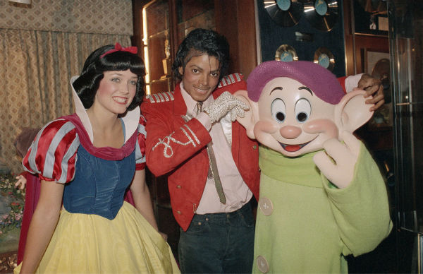 Michael Jackson poses with Disney characters Snow White and Dopey at his family&#39;s home in Encino, California on April 27, 1984. They presented Jackson with a one-of-a-kind display featuring the characters in a scene representative of the 1937 classic film. <span class=meta>(AP Photo &#47; Wally Fong)</span>