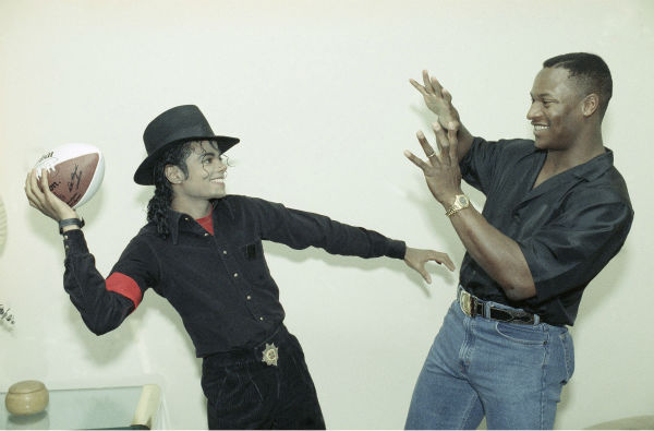 Michael Jackson fakes a pass to Bo Jackson of the Los Angeles Raiders NFL team and Kansas City Royals MLB team at Michael&#39;s recording studio in Los Angeles on Nov. 28, 1989. Bo stopped by for a visit and gave Michael an autographed football and a baseball. <span class=meta>(AP Photo &#47; Kevork Djansezian)</span>