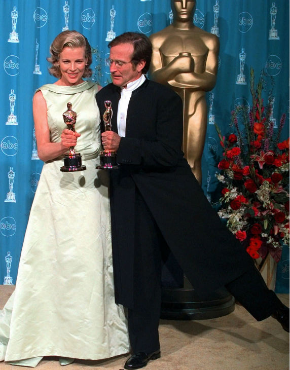 Kim Basinger and Robin Williams hold their Oscars for Best Supporting Actress and Actor at the 70th annual Academy Awards at the Shrine Auditorium in Los Angeles on March 23, 1998.
