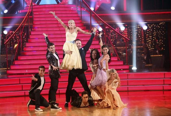 "<div class=""meta ""><span class=""caption-text "">David Arquette returned to the ballroom for a final performance on 'Dancing With The Stars: The Results Show,' on Tuesday, November 22, 2011. He appears here with show partner Kym Johnson as well as dancers Kiki Nyemcheck, Sasha Farber, Ted Volynets, Sharna Burgess, Daria Chesnokova and Oksana Dmyrenko. (ABC / Adam Taylor)</span></div>"