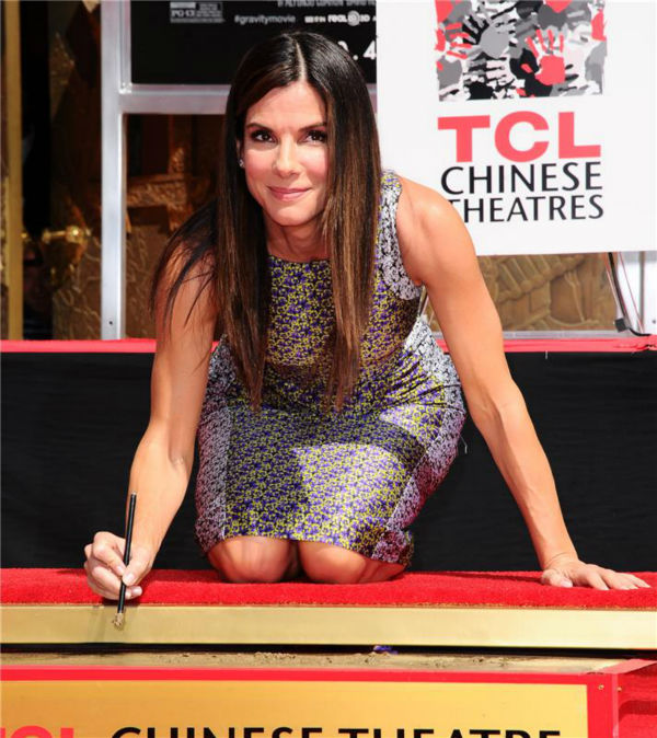 Sandra Bullock leaves an autograph at her hand and footprint ceremony at the TCL Chinese Theatre in Hollywood on Sept. 25, 2013. <span class=meta>(Sara De Boer &#47; Startraksphoto.com)</span>