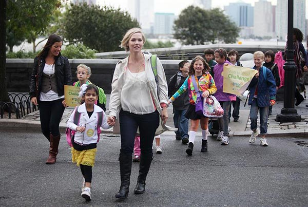 Eco-Mom and former &#39;Beverly Hills, 90210&#39; star Jennie Garth teams up with Green Works Naturally Derived Cleaners to celebrate the 13th annual Walk to School Day with kids from PS 89 Liberty School in New York on Oct. 5, 2010. <span class=meta>(Amanda Schwab &#47; Startraksphoto.com)</span>