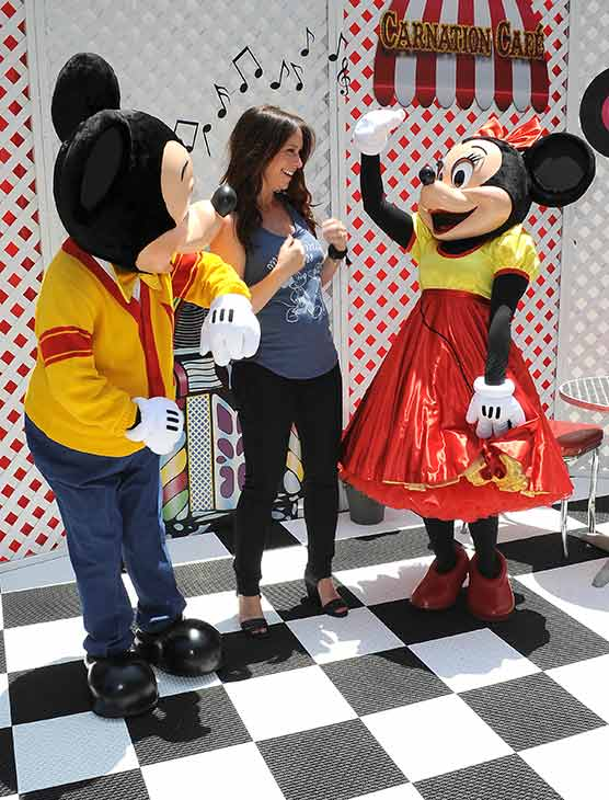 "<div class=""meta image-caption""><div class=""origin-logo origin-image ""><span></span></div><span class=""caption-text"">A pregnant Jennifer Love Hewitt poses with Mickey and Minnie Mouse at Old Navy's Mickey Through The Decades Collection Launch at the Walt Disney Company studio lot in Burbank, California. (Michael Simon / startraksphoto.com)</span></div>"