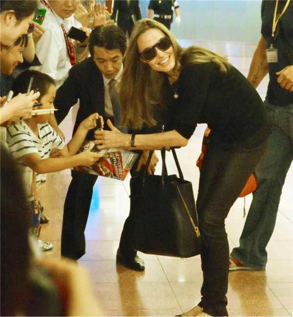 Angelina Jolie arrives at Tokyo International Airport on July 28, 2013. <span class=meta>(Aflo &#47; startraksphoto.com)</span>