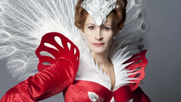 Julia Roberts appears in a scene as the evil queen from the 2012 film 'Untitled Snow White.'