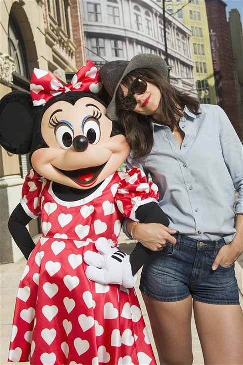 Katie Holmes poses with Minnie Mouse at the Walt Disney World Resort in Lake Buena Vista, Florida on March 16, 2014.