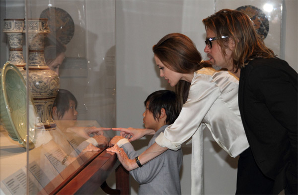 Angelina Jolie, Brad Pitt and their son Pax view works from LACMA&#39;s Chinese collection on Wednesday, April 11, 2012. <span class=meta>(The Los Angeles County Museum of Art &#40;LACMA&#41; &#47; 2012 Museum Associates &#47; Howard Pasamanick)</span>