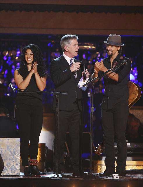 Jason Mraz performed on 'Dancing With The Stars: The Results Show' on October 30, 2012. He sang his hit 'I Won't Give Up.'