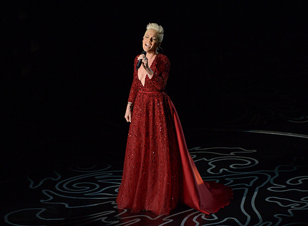 Pink performs - While she didn&#39;t perform a gravity-defying Cirque du Soleil-type performance as expected, she did sing a haunting rendition of &#39;Somewhere Over The Rainbow.&#39; <span class=meta>(John Shearer &#47; Invision &#47; AP)</span>