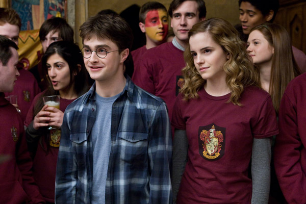 "<div class=""meta ""><span class=""caption-text "">Harry Potter (Daniel Radcliffe) and Hermione Granger (Emma Watson) and their classmates appear in a scene from the 2009 film 'Harry Potter and the Half-Blood Prince.' (Warner Bros. Pictures)</span></div>"