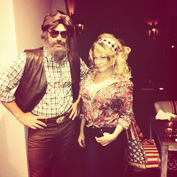 Kenny Rogers retweeted LeAnn Rimes&#39; Halloween photo that she had posted on Oct. 31, 2013, saying: &#39;Hats off to @leannrimes and @EddieCibrian for their Halloween costumes, dressed as Kenny and @DollyParton!&#39; <span class=meta>(pic.twitter.com&#47;kTAejJIQZ0 &#47; twitter.com&#47;leannrimes&#47;status&#47;396101237570945025)</span>