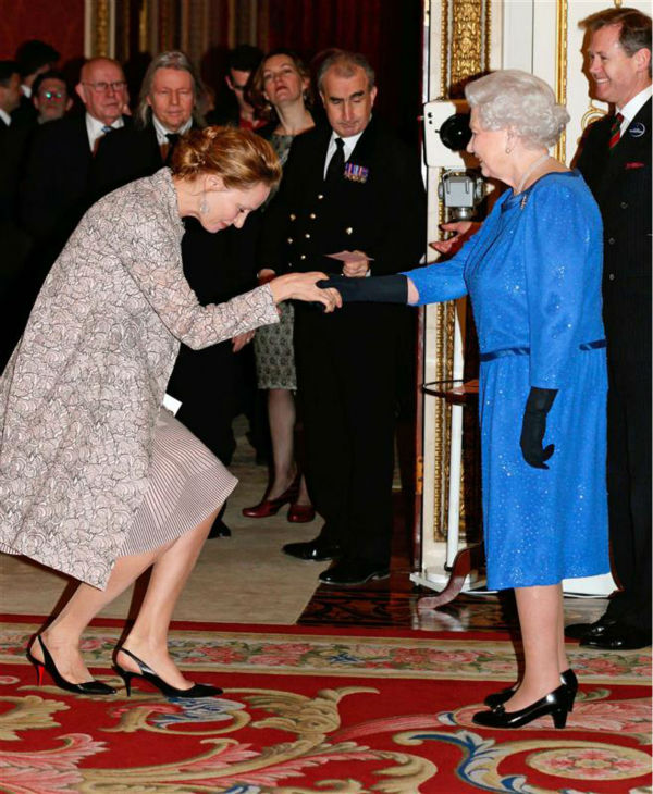 Uma Thurman curtseys to Queen Elizabeth II at the Reception for the Dramatic Arts at Buckingham Palace on Feb. 17, 2014. <span class=meta>(Rex Features &#47; Startraksphoto.com)</span>