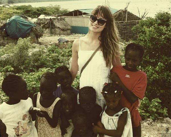 Olivia Wilde appears with children in a photo taken during a trip to Haiti, which was posted on her official Twitter page.