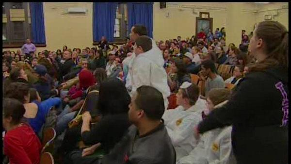 Administrators meet with parents over school mold