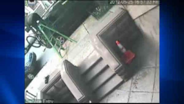 Man uses ladder to steal bike off Manhattan street